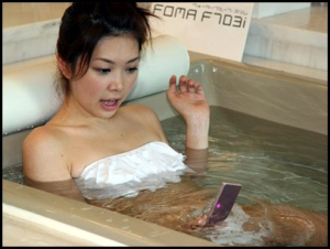 HOT ! Sambil telepon minum air