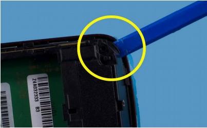 11 . Lanjutkan dengan melepaskan dua kancing pengunci di sisi ponsel
