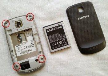 buka penutup baterai lalu keluarkan baterai simcard dan kartu memory